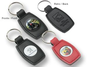 Portachiavi in gomma con borchia in metallo stampata in digitale.