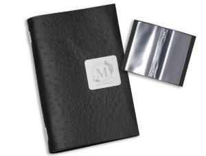 Porta menù in cuoio rigenerato con placchetta in metallo. Contiene 10 pagine - 16,5x26,5 cm formato chiuso