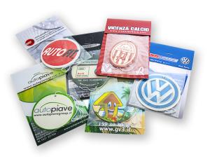 Profumatori per auto con stampa in quadricromia. Disponibile in varie forme e profumazioni. Packaging composto da bustina trasparente piùcartoncino personalizzabile su tutta la superficie  Per altre forme richiedere preventivo.